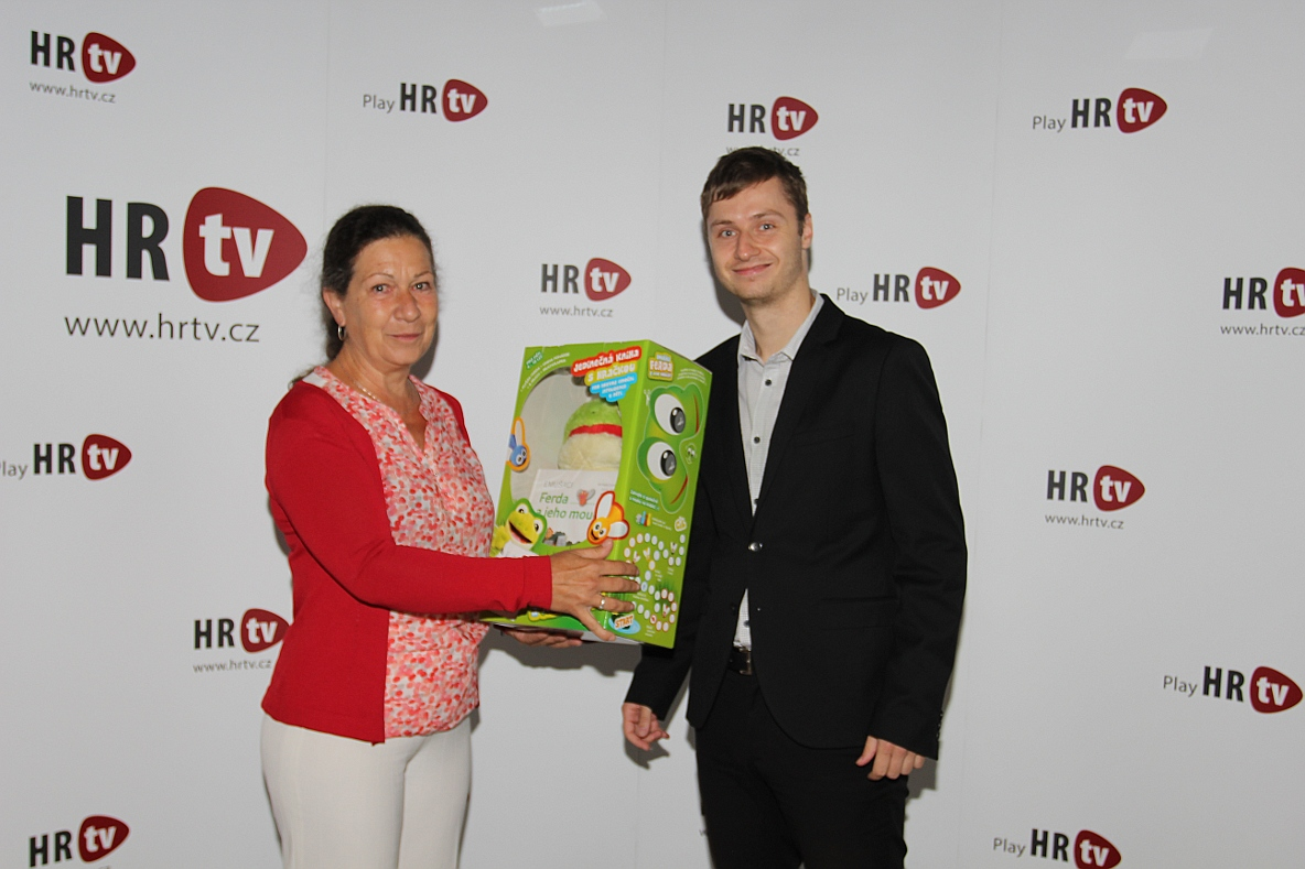 Emušáka vyhrála paní Dana Kupková ze společnosti Vaillant Group Czech s.r.o. (na fotografii se zástupcem HR News Michaelem Nádvorníkem, který předal výhru).