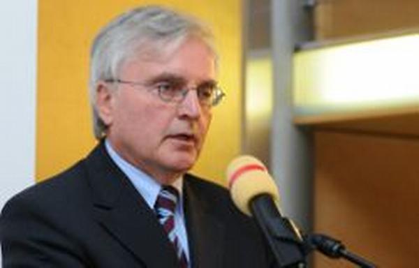 Prof. Dr. Dr. h. c. Horst Günter, děkan a ředitele Institutu pro průmyslový a finanční management (IPFM)
