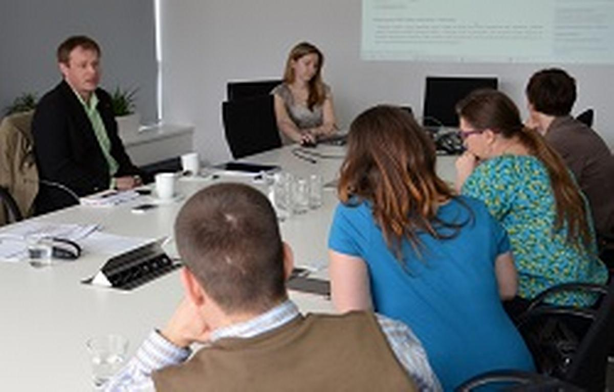 Pavel Hofman, spolumajitel společnosti IVITERA, vysvětluje přínosy systému Moje EduCity zástupcům společnosti Vodafone
