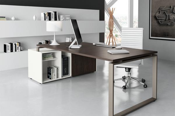 Židle, stůl a úložný prostor