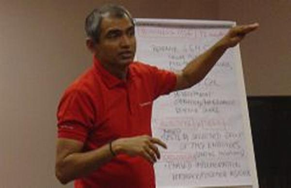 profesor Ram Sundaresan z GL&C Europe školí marketing pro společnost T-Mobile
